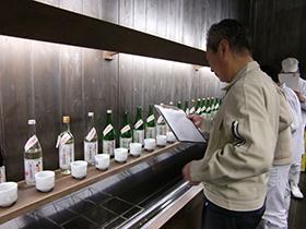 社員による立春朝搾りきき酒の様子(2013年)